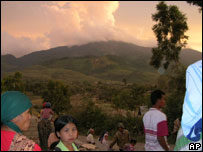 Villagers looking at Mount Talang, 40 km (25 miles) east of Padang,13 April 2005
