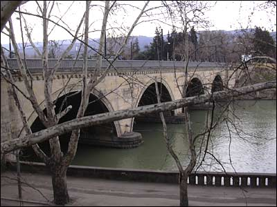 Мост, на котром разворачивается торговля