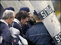 El equipo t�cnico suizo sale bajo escolta policial