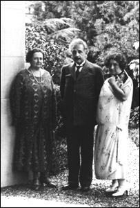 Einstein en casa de la familia Wasserman, donde se hospedó, junto a la Sra. Wasserman y la escritora Elsa Jerusalén (gentileza: Centro Cultural Borges)