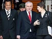 Irish Prime Minister Bertie Ahern (c) welcomes the Prime Minister of New Zealand, Helen Clark (r) and All Blacks captain Tana Umaga