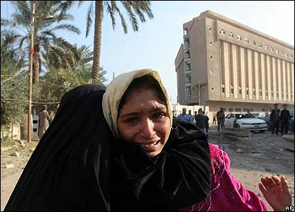امرأة عراقية تذرف الدموع