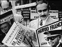 Hombres leen sobre la muerte de Franco.