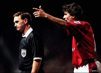 Keane argues with referee Stephen Lodge in 1997