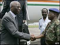 Prime Minister Seydou Diarra (l) shakes hands with rebel New Forces chief of staff colonel Soumaila Bakayoko (r)