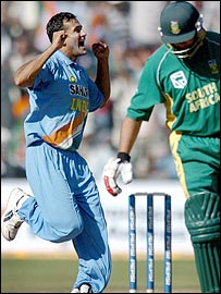 Irfan Pathan celebrates the dismissal of Jacques Kallis