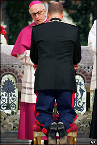 Prince Albert kneels in Monaco's cathedral