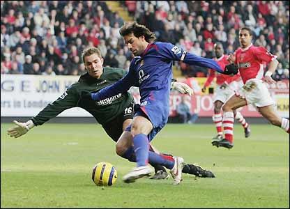 Ruud van Nistelrooy scores