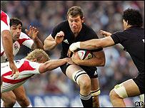 Chris Jack del equipo neozelandés intenta traspasar la barrera defensiva del equipo inglés.