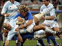 El argentino Tiesi Gonzalo es detenido por el italiano Aaron Ronald Persico y Mauro Bergamasco.