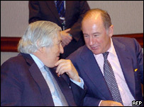 Outgoing World Bank president James Wolfensohn (L) and IMF managing director Rodrigo de Rato