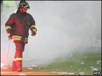 Bombero en el estadio San Siro de Mil�n cubierto de humo