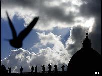 Голубь на фоне неба и купола Собора Святого Петра