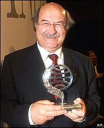 Antonio Skármeta, escritor chileno recibiendo el Premio Planeta.