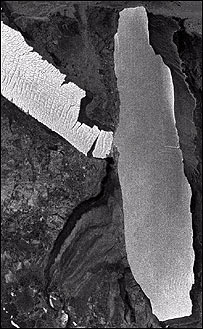 B-15A iceberg (right) collides with the 70-km-long Drygalski ice tongue     (Esa)