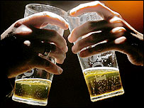 foto:bbc|Two hands holding glasses of beer