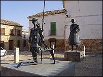 Estatuas de El Quijote y Dulcinea frente a la catedral.