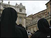 Nuns watching the chimney from St Peter's Square