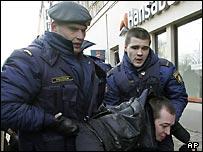 Латвийские полицейские задерживают участника антифашистского митинга