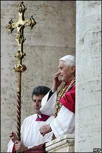 Joseph Ratzinger en su primera presentaci�n en p�blico como Benedicto XVI.