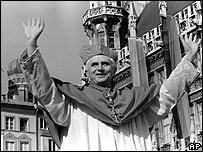 Joseph Ratzinger despidiéndose de Munich en 1982.