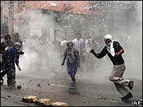 Estudiantes se enfrentan a la policía en Quito