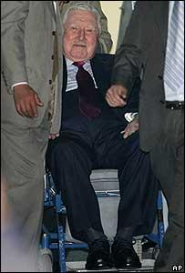 Augusto Pinochet dejando el hospital militar en agosto pasado.