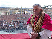 Papa Benedicto XVI despu�s de bendecir a los fieles en la plaza de San Pedro (AP/L'Obsservatore Romano)