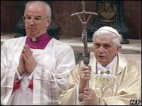 Papa Benedicto XVI celebrando su primera misa