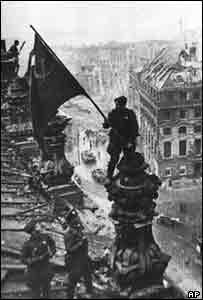 Советские военные водружают флаг над Рейхстагом