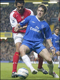 Arsenal's Gilberto (left) tries to dispossess Chelsea's Joe Cole