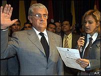 Alfredo Palacio es juramentado como nuevo presidente de Ecuador por la vice presidenta del Congreso, Cyntia Viteri