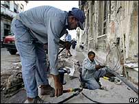 Electricistas trabajan en las calles de La Habana.