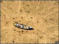 Boat sits in dry Amazon river bed.  Image: AP/Greenpeace