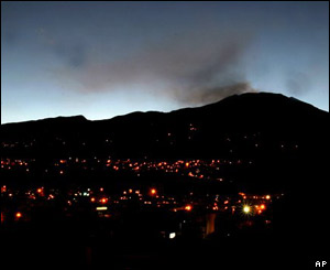 Ciudad de Pasto, con el volcán Galeras en erupción