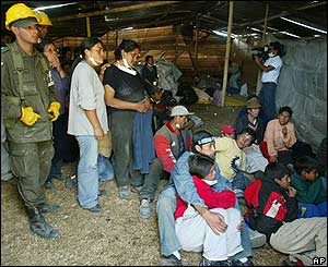 Evacuados siguen noticias sobre el volcán