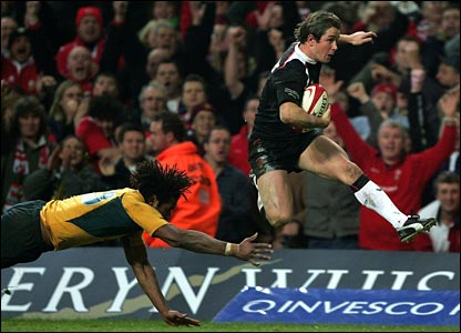 Shane Williams (R) avoids the tackle of Lote Tuqiri