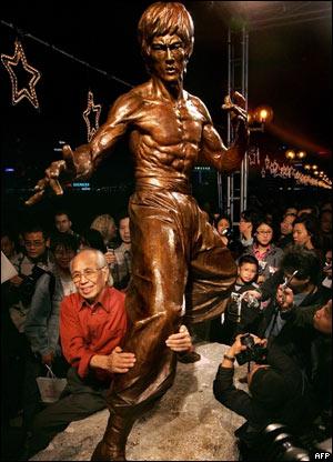 El actor Kim Chan, junto a la estatua de Bruce Lee en Hong Kong.