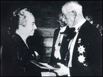Gabriela Mistral recibe el premio Nobel de manos del rey Gustavo de Suecia.