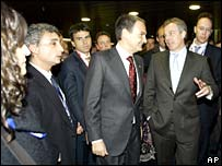 Tony Blair (right) talks to Spain's PM Jose Luis Zapatero (centre)