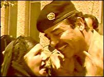 Saddam Hussein besa a una mujer en Dujail en 1982 (video de la visita)