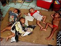 Niños pobres duermen en un refugio en Tegucigalpa.
