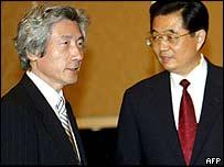 Japanese Prime Minister Junichiro Koizumi, left, and Chinese President Hu Jintao