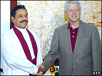 Sri Lankan President Mahinda Rajapakse (L) shakes hands with Former US president Bill Clinton in Colombo