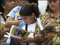 Venezolanos en Caracas leen sus copias de la novela Don Quijote de la Mancha