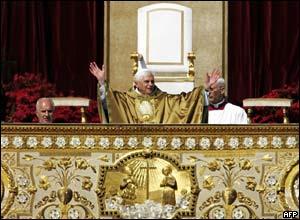 El Papa Benedicto saluda a la multitud desde la bas�lica San Pedro.