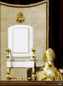 El Papa Benedicto XVI se aproxima al altar.