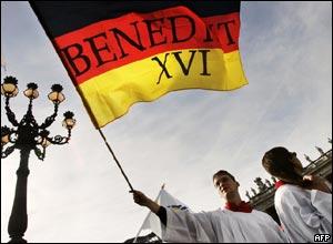 Una bandera alemana saluda al Papa desde la plaza San Pedro.