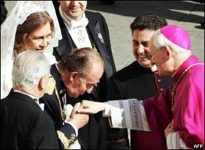 El Rey Juan Carlos de Espa�a besa la mano de un cardenal en el Vaticano.