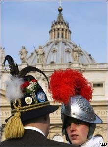 Un guardia de seguridad suizo conversa en el Vaticano con un hombre vestido con la ropa tradicional de Bavaria.